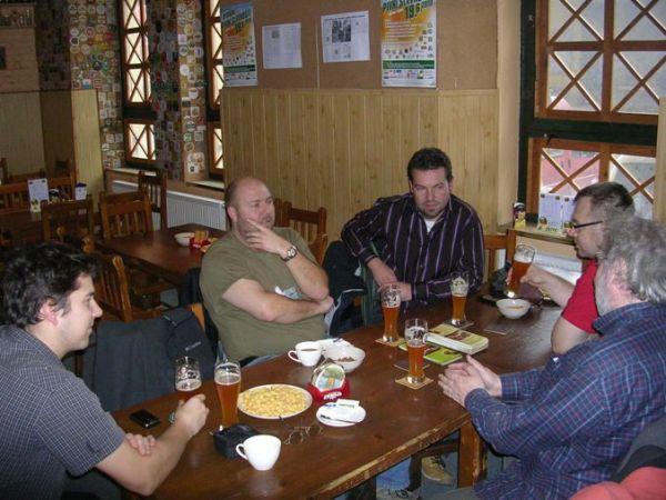 Fota z přijímání Klubu Malých Pivovarů, Plzeň, 24.11.2010; krátká porada Aliančníků a duší zpřízněných.